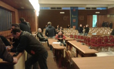 Anteprima flash: ex operai Eaton occupano la sala consigliare del comune di Massa