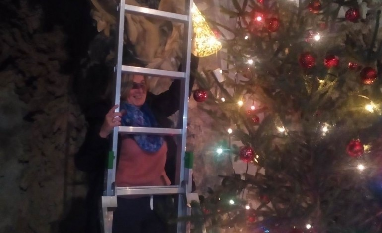 Massa Carrara: un albero di Natale con Telefono Azzurro