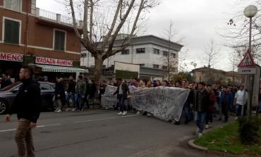 Massa Carrara: corteo degli studenti per protestare contro i disagi nelle scuole
