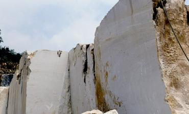 Carrara: crollo in una cava, due operai dispersi, uno salvato
