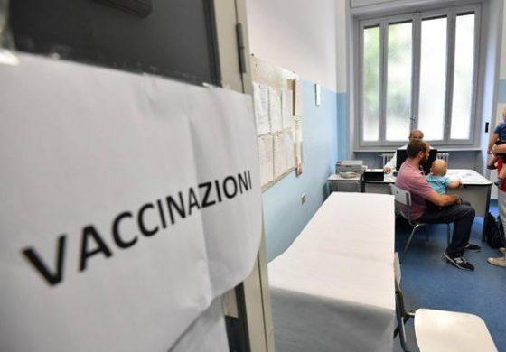 Gli infettivologi mettono in guardia da possibili scappatoie sui vaccini
